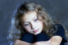 Studiostående på kanfas av en fundersam ledsen ung flicka Royaltyfri Bild