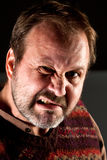 Studioståenden av en ilsken mitt åldrades mannen med ett skägg Arkivbilder