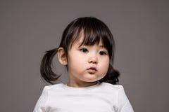 Studioståendeskottet av den 3-åriga asiatet behandla som ett barn - isolerat Royaltyfria Foton