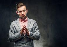 Studiotrieb des styilish skeptischen Mannes in der karierten Flamme und im rosa Hemd lizenzfreies stockfoto