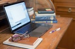 Studiować drewnianego biurko z książkami i notatnikiem fotografia royalty free