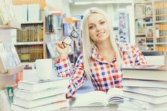 studiowanie biblioteczna kobieta Fotografia Royalty Free