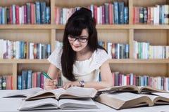 studiowanie studenckiego biblioteczna Zdjęcie Stock