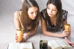 studiuje dwie dziewczyny Zdjęcia Stock