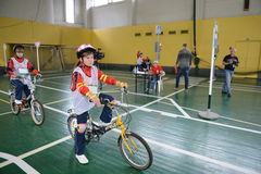 Studiuje ruchów drogowych przepisy w dziecka ` s wiosce Zdjęcia Stock