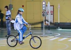 Studiuje ruchów drogowych przepisy w dziecka ` s wiosce Zdjęcie Royalty Free