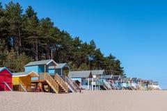 STUDNIE NASTĘPNIE morze, NORFOLK/UK - CZERWIEC 3: Niektóre jaskrawy coloured Zdjęcie Royalty Free