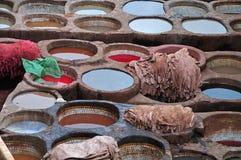 Studnie wypełniali z barwidłami w garbarni w fezie, Maroko Obrazy Royalty Free