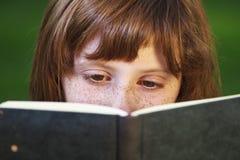 Study.Young piękna dziewczyna czyta książkę plenerową obrazy stock