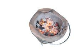 Stufa antica dell'argilla e combustione del carbone vegetale isolata su fondo bianco fotografia stock