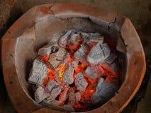 Stufa antiquata dell'argilla con carbone Fotografia Stock