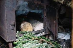 stufa aperta del ferro per il riscaldamento con il legno immagine stock libera da diritti