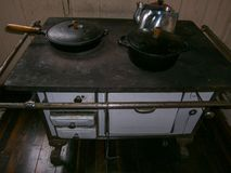 Stufa bruciante di legno - vecchia stufa fotografia stock libera da diritti