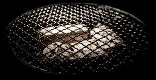Stufa con la griglia e la cenere dentro Fotografia Stock