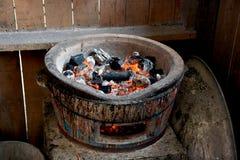 Stufa con vecchio stile del fuoco e del carbone Immagini Stock