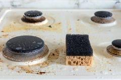 Stufa di gas sporca Pulitura della cucina immagine stock