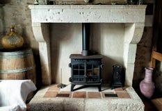 Stufa di legno della casa francese dell'azienda agricola - manto e focolare del camino immagine stock libera da diritti