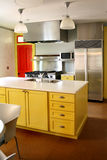 Stufa inossidabile degli armadietti di legno gialli della cucina fotografie stock