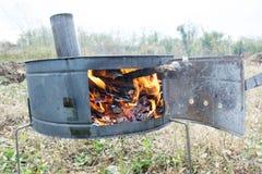 Stufa nel campo con fuoco fotografia stock libera da diritti