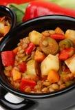 Stufato della lenticchia con la verdura in POT nero Immagine Stock