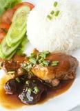 Stufato di pollo tailandese dell'alimento e riso cotto a vapore. Immagine Stock