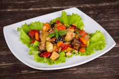 Stufato di verdure in piatto, fine su Immagini Stock