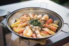Stufato misto dei frutti di mare nel piatto portoghese di cataplana immagine stock libera da diritti