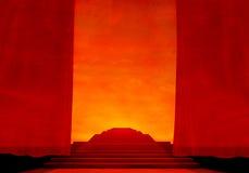Stufe mit rotem Teppich und Trennvorhängen. Lizenzfreie Stockfotografie