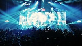Stufe-Scheinwerfer mit Laser-Strahlen DJ, Tänzershow stock video footage