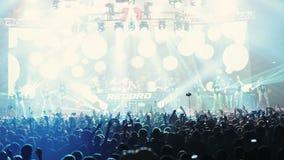 Stufe-Scheinwerfer mit Laser-Strahlen DJ, Tänzershow stock footage