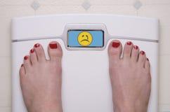 Stufen Sie mit Füßen trauriges Emoji ein Stockbilder