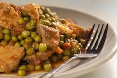 Stufi con i piselli, la carne suina e le carote fotografie stock libere da diritti