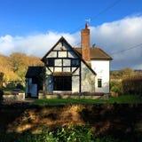 Stuga för Tudor stillantbrukarhem i sydliga England Arkivbild