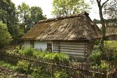Stuga i byn Guciow poland Arkivfoton
