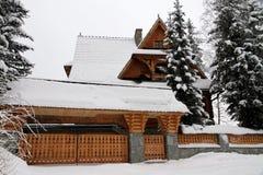Stuga i snöig vinter Fotografering för Bildbyråer