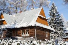 Stuga i snöig vintersäsong Arkivbild