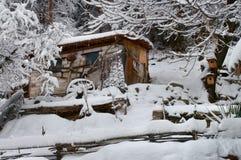 Stuga i vinter Arkivbilder