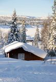 Stuga i vinterlandskap Royaltyfri Fotografi