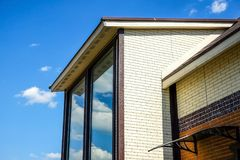 Stuga med panorama- stora Windows Fönsterrutor av fasaden av huset royaltyfri foto