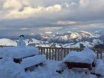 Stuga med snö in i franska berg royaltyfria bilder
