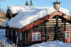 Stuga med snö på taket Royaltyfria Bilder