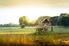 Stuga och vagn i bygden fotografering för bildbyråer