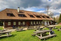 Stuga Rovina, vårlandskap, Hartmanice, bohemisk skog (Šumava), Tjeckien Royaltyfri Bild