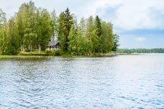 Stuga vid sjön i lantliga Finland Royaltyfri Bild