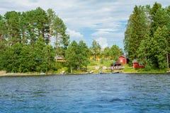 Stuga vid sjön i lantliga Finland Arkivbild