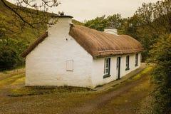 stugan thatched traditionellt Ståndsmässiga Donegal ireland royaltyfria foton