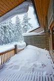 Stugataket är fullt av snö och istappen i Ruka i Finland i th Royaltyfria Foton