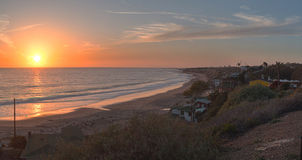 Stugor längs Crystal Cove Beach på solnedgången Arkivfoto