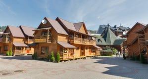 Stugor och hotell av den berömda vintern tillgriper Bukovel, Ukraina Arkivbild