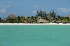 Stugor och hotell på den karibiska kusten Royaltyfria Foton